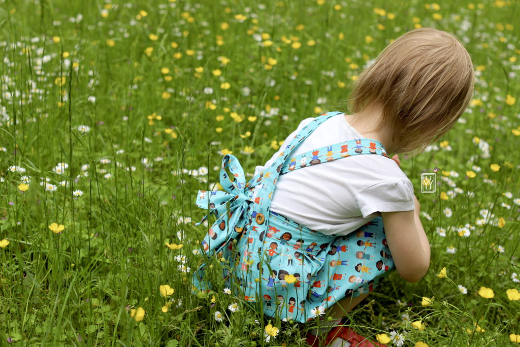 latzkind latzkleid mit schleife nähen freebook petit citron Stoffe.de kinder der Welt